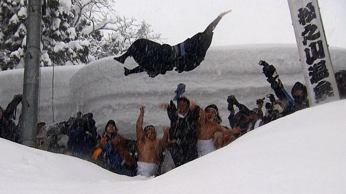Nghi thức ném chú rể từ vách núi tuyết cao 5m tại Nhật Bản